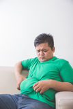Παχύσαρκο άτομο που σκέφτεται για το πρόβλημα βάρους του Στοκ φωτογραφία με δικαίωμα ελεύθερης χρήσης