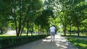 Παχύσαρκο ατόμων στο πάρκο, που αγωνίζεται με τα υπέρβαρα, καθημερινά σκληρά workouts φιλμ μικρού μήκους