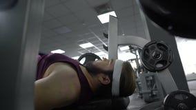 Παχύ άτομο με τους αδύνατους μυς ανίκανους να ανυψώσουν το βαρύ barbell, κίνδυνος αθλητικού τραυματισμού απόθεμα βίντεο