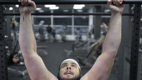 Παχύ άτομο που κάνει το τράβηγμα UPS στην αθλητική λέσχη, υγιής τρόπος ζωής, επιθυμία απώλειας βάρους απόθεμα βίντεο