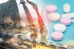 Παχύ άτομο στο επιχειρησιακό κοστούμι και το αρτοποιείο, χάπι, ιατρική έννοια στοκ φωτογραφίες με δικαίωμα ελεύθερης χρήσης