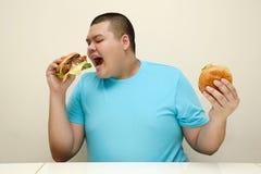 Παχύ αγόρι, άχρηστο φαγητό, ανθυγειινό στοκ φωτογραφία με δικαίωμα ελεύθερης χρήσης