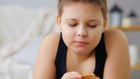 Παχύ αγόρι που τρώει την πίτσα μετά από να χρεώσει απόθεμα βίντεο