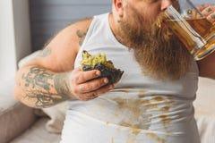 Παχύ αρσενικό fatso που απολαμβάνει την μπύρα Στοκ Φωτογραφία