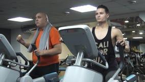 Παχύ αστείο άτομο που τρώει το χάμπουργκερ, που εκπαιδεύει ellipsoid απόθεμα βίντεο