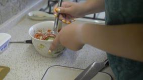 Παχύ κορίτσι που κατασκευάζει τη σαλάτα φιλμ μικρού μήκους