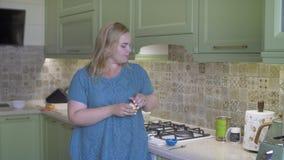 Παχύ κορίτσι που κατασκευάζει τη σαλάτα απόθεμα βίντεο