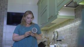 Παχύ κορίτσι στην κουζίνα φιλμ μικρού μήκους