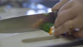 Παχύ κορίτσι στην κουζίνα απόθεμα βίντεο