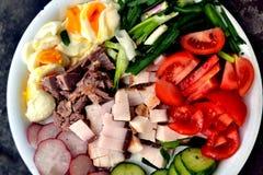 Παχύ μπέϊκον με το αυγό και τα εύγευστα φρέσκα λαχανικά Στοκ εικόνα με δικαίωμα ελεύθερης χρήσης