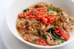 Παχύ νουντλς με το χοιρινό κρέας στο ταϊλανδικό ύφος στοκ φωτογραφίες