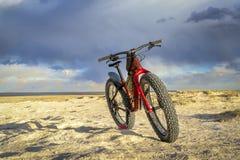 Παχύ ποδήλατο στα badlands με τα σύννεφα θύελλας στοκ φωτογραφίες