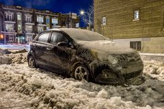Παχύ στρώμα του πάγου που καλύπτει το αυτοκίνητο στοκ εικόνα