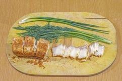 Παχύ χοιρινό κρέας σε ένα κρεμμύδι και ένα σκόρδο κόκκινων πιπεριών Στοκ Φωτογραφίες