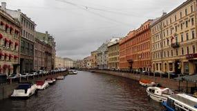 Παλάτια στον ποταμό με τις βάρκες στην Άγιος-Πετρούπολη στοκ εικόνα