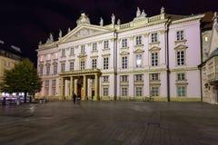 Παλάτι αρχιεπισκόπου στη Μπρατισλάβα στη νύχτα Στοκ Εικόνες