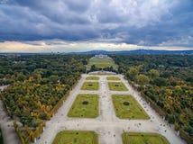 Παλάτι και κήπος Schonbrunn στη Βιέννη με τη διακόσμηση πάρκων και λουλουδιών Αντικείμενο επίσκεψης στη Βιέννη, Αυστρία στοκ φωτογραφίες
