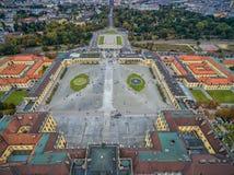 Παλάτι και κήπος Schonbrunn στη Βιέννη με τη διακόσμηση πάρκων και λουλουδιών Αντικείμενο επίσκεψης στη Βιέννη, Αυστρία στοκ εικόνα με δικαίωμα ελεύθερης χρήσης