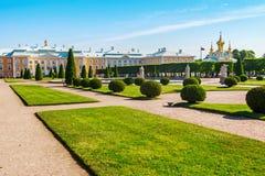 Παλάτι και πηγές στο ανώτερο πάρκο Peterhof Πετρούπολη Άγιος Στοκ Φωτογραφία