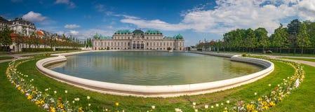 Παλάτι πανοραμικών πυργίσκων, Βιέννη, Αυστρία με τις τουλίπες άνοιξη Στοκ Εικόνα