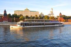 Παλάτι 2 ποταμών σκαφών αναψυχής στους τοίχους του Κρεμλίνου Μόσχα Ρωσία Στοκ φωτογραφία με δικαίωμα ελεύθερης χρήσης