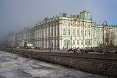 Παλάτι που καλύπτεται χειμερινό με την ημέρα ομίχλης το Μάρτιο Άγιος-Πετρούπολη Στοκ φωτογραφία με δικαίωμα ελεύθερης χρήσης