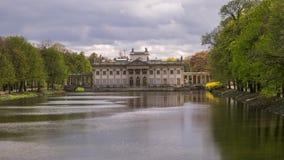 Παλάτι στο νερό στο πάρκο Lazienki στη Βαρσοβία - βίντεο χρονικού σφάλματος απόθεμα βίντεο