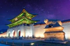 Παλάτι Gyeongbokgung και γαλακτώδης τρόπος στη Σεούλ Κορέα Στοκ Εικόνες