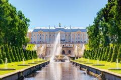 Παλάτι Perterhof και κανάλι θάλασσας σε Άγιο Πετρούπολη στοκ φωτογραφία με δικαίωμα ελεύθερης χρήσης