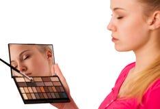 Παλέτα εκμετάλλευσης γυναικών των σκιών ματιών με τον καθρέφτη και την παραγωγή του makeu Στοκ Φωτογραφίες