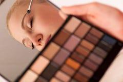 Παλέτα εκμετάλλευσης γυναικών των σκιών ματιών με τον καθρέφτη και την παραγωγή του makeu Στοκ φωτογραφίες με δικαίωμα ελεύθερης χρήσης