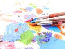 Παλέτα και βούρτσες χρωμάτων Στοκ Εικόνες
