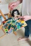 Παλέτα με τα μικτά χρώματα του καλλιτέχνη Στοκ φωτογραφία με δικαίωμα ελεύθερης χρήσης