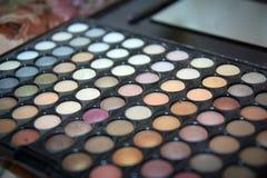 Παλέτα με τις σκιές του φωτεινού νυφικού makeup χρωμάτων, πώς να κάνει makeup Στοκ Εικόνες