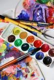 Παλέτα τέχνης και μίγμα των πινέλων Στοκ φωτογραφία με δικαίωμα ελεύθερης χρήσης