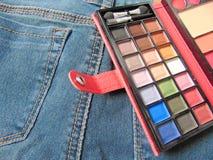 Παλέτα ταξιδιού τσεπών makeup στα τζιν Στοκ φωτογραφίες με δικαίωμα ελεύθερης χρήσης