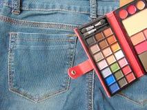 Παλέτα ταξιδιού τσεπών makeup στα τζιν Στοκ εικόνες με δικαίωμα ελεύθερης χρήσης