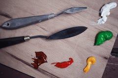 Παλέτα του καλλιτέχνη - μαχαίρι και ελαιόχρωμα στο ξύλινο υπόβαθρο Στοκ φωτογραφία με δικαίωμα ελεύθερης χρήσης