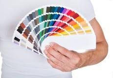 Παλέτα χρώματος εκμετάλλευσης νεαρών άνδρων Στοκ εικόνες με δικαίωμα ελεύθερης χρήσης