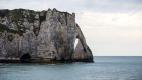 παλίρροια θάλασσας της Γαλλίας Νορμανδία απότομων βράχων etretat διάσημη Στοκ Εικόνα