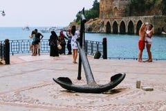 Παλαιά άγκυρα στη γέφυρα παρατήρησης στο λιμάνι Antalya, Τουρκία πόλεων Στοκ εικόνα με δικαίωμα ελεύθερης χρήσης