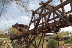 Παλαιά άγρια γέφυρα τρίποδων πόλης ορυχείου χρυσού της δυτικής Αριζόνα Στοκ Φωτογραφίες