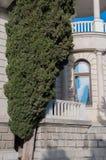 Παλαιά άσπρα μαρμάρινα κτήριο και κυπαρίσσι Στοκ φωτογραφία με δικαίωμα ελεύθερης χρήσης