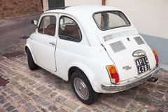 Παλαιά άσπρη εξουσιοδότηση αυτοκίνητο πόλεων 500 Λ οπισθοσκόπο Στοκ εικόνα με δικαίωμα ελεύθερης χρήσης