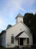 Παλαιά, άσπρη ξύλινη εκκλησία στο αγροτικό Τένεσι Στοκ Εικόνες