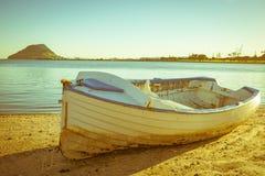 Παλαιά λέμβος σχεδίου κλίνκερ στην παραλία Στοκ φωτογραφία με δικαίωμα ελεύθερης χρήσης