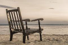 Παλαιά έδρα στο υπόβαθρο ηλιοβασιλέματος παραλιών Στοκ Εικόνες