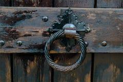 Παλαιά λαβή πορτών, λεπτομέρεια μιας αρχαίας διακοσμημένης λαβής, τρύγος Στοκ Εικόνες