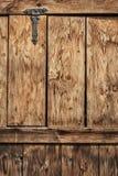 Παλαιά αγροτική πόρτα ξύλου πεύκων με την άρθρωση επεξεργασμένου σιδήρου - λεπτομέρεια Στοκ Εικόνες