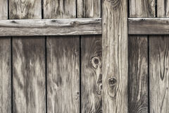 Παλαιά αγροτική πόρτα σιταποθηκών ξύλου πεύκων - λεπτομέρεια Στοκ φωτογραφία με δικαίωμα ελεύθερης χρήσης